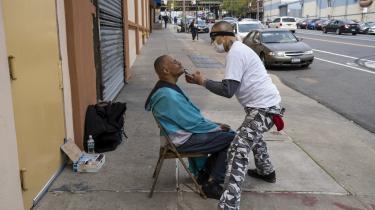 En mand får trimmet sit skæg i New York-bydelen The Bronx, der er blandt de hårdest ramte områder under coronakrisen.
