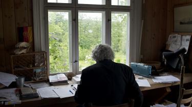 Forfatteren Dag Solstad hjemme ved sit arbejdsbord i Veierland, Norge.