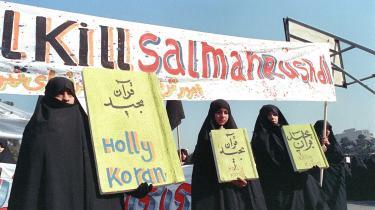Irans ayatollah Khomeini, udstedte en fatwa i form af en dødsdom over forfatteren til »De sataniske vers«, Salman Rushdie. Her ses en iransk demonstration mod forfatteren samme år i Teheran, Iran.