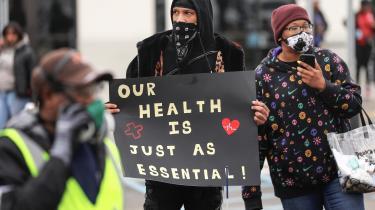Chris Smalls og andre medarbejdere protesterer over forholdende på Amazonlageret på Staten Island, New York, den 30. marts. Der har været flere tilfælde af coronasmittede blandt medarbejere i lagerbygningen, og demonstranterne ønskede at gøre opmærksom på de ringe sikkerhedsforhold.