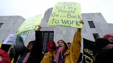 Hvis demonstranterne kan enes om et fælles motto, er det, at deres frihedsrettigheder under USA's forfatning bliver knægtet af myndighedernes forbud mod at tage på arbejde og bevæge sig frit rundt i deres delstat og i USA, skriver Martin Burcharth på lederplads.