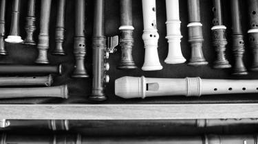 Klassisk musik kan sammenlignes med både kvantefysik og kærlighed. Hvis man tager to partikler, der hører sammen, splitter dem ad og sender den ene til Grønland, så vil den mindste ændring i den ene også ske i den, der er placeret i Arktis. Det er den slags usynlig kommunikation, der sker i koncertsalen, når man fornemmer, at et helt rum er i samme stemning, siger Michala Petri.