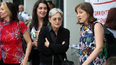 Judith Butler (i midten), der her deltager i en protest i Buenos Aires, Argentina, sidste år, argumenterer i sin nye bog for, at ikkevold skal være en modstandspraksis til autoritære tendenser, vi ser i dag i lande over hele verden: Ikkevold forstået som en praksis, der modstår voldens destruktive kræfter.