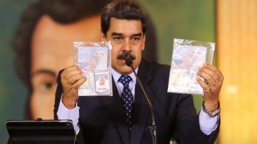 Venezuelas præsident Nicolas Maduro fremviser under en pressekonference dokumenter, som angiveligt er blevet beslagtlagt fra to af de soldater, der blev taget til fange under kupforsøg.