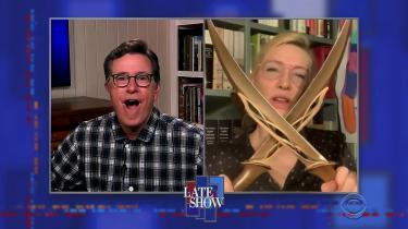Stephen Colbert i pyjamas hjemme fra privaten, hvor han interviewer skuespillerinden Cate Blanchett, der ligeledes i pyjamas sidder hjemme foran sin bogreal og er mid i The Late Show via webkamera.