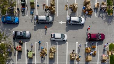 Et 'drive-up' fødevaredistributionscenter i West Palm Beach, Florida. Der er i USA et overskudsbjerg af madvarer, der kunne være blevet kanaliseret ud til amerikanerne. I stedet er størstedelen blevet tilintetgjort.