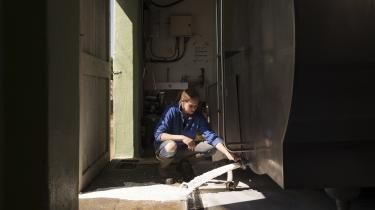 Tonsvis af mælk bliver hældt direkte ud i kloakken i USA. I realiteten flyder landet med æg, mælk, ost, grøntsager og frugt. Varerne kan bare ikke blive afsat, transporteret de rette steder hen eller blive lagt på lager.