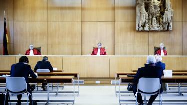 Hvis man tager den seneste uges europæiske reaktioner i betragtning, er det ikke så underligt, at præsidenten for den tyske forfatningsdomstol, Andreas Voßkuhle (i midten), så lidt bleg ud, da han i sidste uge læste sin dom op.