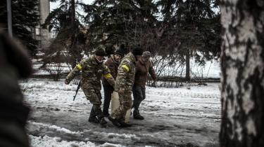 Ukrainske soldater i en skyttegrav i Donetsk-regionen i 2019. Der har ikke været megen opmærksomhed om de vestlige højreekstremistiske fremmedekrigere, der er taget til Ukraine for enten at kæmpe på den ukrainske eller prorussiske side, men det kan ikke affejes som et ukrainsk problem, at europæiske borgere vælger at tage derned, mener terrorforskeren Kacper Rekawek.