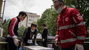 Røde Kors-frivillige pakker nødhjælp i den italienske by Aversa, men hjælpen til Italien kom for sent, og en række EU-lande – heriblandt Danmark og Sverige – har stort set ikke bidraget med støtte til de hårdest ramte lande i unionen, viser en opgørelse fra EU-Kommissionen.