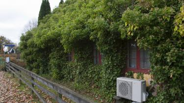 »Vi bliver nødt til at sige, at ligesom det også bliver forbudt at købe diesel- og benzindrevne biler, så kan vi også indføre, at man tvinges til at skifte energikilde til varmepumper eller få det koblet på fjernvarme, når man sælger sit hus,« siger Michael H. Nielsen, direktør i Dansk Byggeri