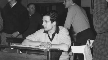 Som 21-årig langede Francois Truffaut i 1954 i Cahiers du Cinema ud efter datidens franske film, og fem år senere debuterede han selv med 'Ung flugt', som han her ses under optagelserne af. Truffaut dedikerede værket til læremesteren André Bazin, en af bladets grundlæggere, der døde året forinden.