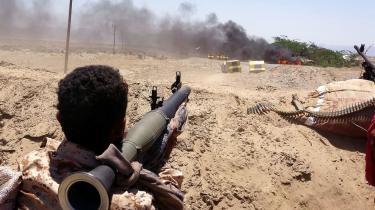 Trods tydelige tegn på krigsforbrydelser er det ene land efter det andet i årevis fortsat med at eksportere til Saudi-Arabien, Forenede Arabiske Emirater og de øvrige parter i den saudiskledede koalition, som de seneste fem år har været engageret i den blodige krig i Yemen. Og manglen på kontrol med den danske våbeneksport er desværre gennemgående. Oplysninger om, hvad Danmark eksporterer til hvem, mørklægges rutinemæssigt, skriver Lasse Skou Andersen i denne leder.