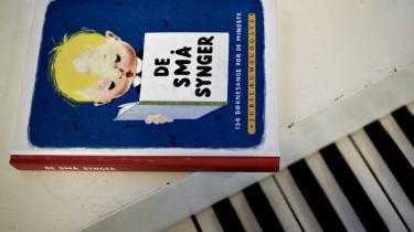 Det er et gennemført autoritært og uempatisk børnesyn, der møder én i De Små Synger fra 1950'erne, mener Karen Syberg: Børn skal lystre, de skal være artige, og er de uartige, får de smæk, eller det går på anden måde grueligt galt.