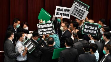 Hong Kong: Pro-demokratiske lovgivere protesterer mod en ny sikkerhedslov, der forbyder oprør mod regeringen i Beijing.