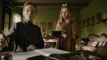 Efter danskundervisningen er blevet forbudt, underviser Helene Hanssen børnene i dansk derhjemme.