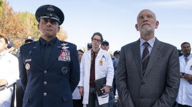 General Naird (Steve Carell) og hans forskningschef, doktor Mallory (John Malkovich), finder ud af, at demå samarbejde for at overleve en inkompetent og labil præsident i komedieserien 'Space Force'. Foto: Netflix