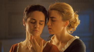 Céline Sciammas 'Portræt af en kvinde i flammer' er en af de film, der nu igen kan ses i biografen. Ved premieren skrev Informations anmelder, at den fortæller 'helt suverænt om kærlighed. For mig viser den faktisk bedre end nogen anden film kærligheden i at kigge på nogen'.