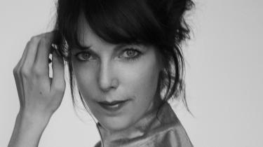 Sprog er sjovt hos Tine Høeg – med et mørke bagved. Hendes anden roman 'Tour de chambre' har poesi i sig, fordi den lader ordene stå næsten nøgne. Det er på én gang sårbart og stærkt. Ligesom den ungdom, det handler om