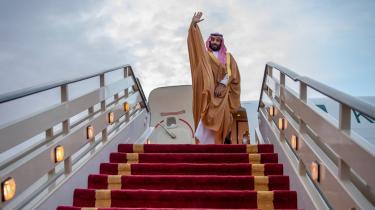 Keane beskriver for eksempel, hvordan Saudi-Arabiens kronprins Mohammad bin Salman har held med udadtil at vinde folkelig opbakning som reformator af et korrupt politisk system og samtidig indadtil styrke sin egen position i netop dette system.