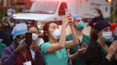 Sygeplejersker fra NYU Langone Hospital i New York hyldes for deres indsats under coronaepidemien. Men ved at kalde sundhedspersonalet for helte kan man komme til at forbigå diskussioner om, at de for eksempel er dårligt lønnede, skriver kronikøren.