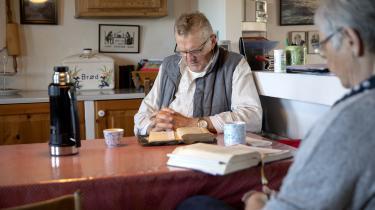 Jens og Agnete Lilleøre holder morgenandagt i deres hus i Vinderup. De sidder altid ved det lille bord i køkkenet. Jens læser højt fra det sted i bibelen, som de er kommet til ifølge deres bibellæseplan.