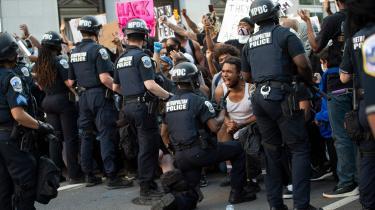 Også i Washington DC kom det til voldsomme sammenstød i Lafayette Park, umiddelbart over for Det Hvide Hus, da politi rykkede frem for at håndhæve udgangsforbuddet