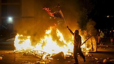 »Vi har grund til at tro, at aktører med onde hensigter forsat infiltrerer de retfærdige protester efter George Floyds død,« tweetede, Tim Walz, guvernør i Minnesota forleden.