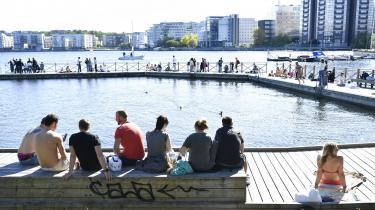 Allerede tidligt i den svenske coronadebat blev det formuleret sådan, at unge menneskers liv i fremtiden blev stillet op over for ældre menneskers liv her og nu.