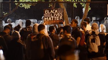 Her ses demonstranter, der protesterer over politidrabet på George Floyd, ude foran Det Hvide Hus.