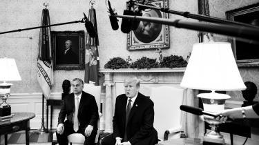 Når et mentalt og politisk regime (som neoliberalismen) bryder sammen, bliver der trængsel ved udgangen. Hvis ikke den progressive venstrefløj fører an i den demokratiske suverænitets comeback, vil den reaktionære højrefløj – blandt andre Trump med America First og Viktor Orbán – gøre det, skriver dagens kronikør.