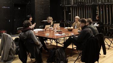 Vi følger Betty Nansen Teatrets kollektive proces omkring forestillingen 'Livstidsgæsterne', der får premiere til september.