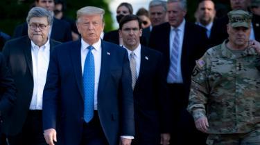 Mark Esper (i midten bag Donald Trump) har hidtil været en trofast støtte af Trump, og det er første gang, han modsiger præsidenten. Men om en fyring af forsvarsministeren kan være på vej, er dog endnu uklart. Trumps talskvinde, Kayleigh McEnany, udtalte onsdag, at »indtil videre bliver Esper ved med at være minister Esper«.