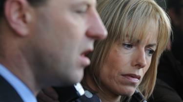 Sympatien og hadet i sagen er bølget frem og tilbage og koncentrerede sig snart omkring forældrene, Kate og Gerry McCann, der her ses efter retsmøde i Lissabon i 2009. På ulykkeligste vis havde forældrene en del af medansvaret for det fortsatte mediehysteri. De var fast besluttet på, at opklaringen ikke skulle indstilles og stillede igen og igen op til interviews med den sultne presse. Formålet var at lægge maksimalt pres på myndighederne for at fortsætte eftersøgningen. Det bar frugt, og til dato er der brugt mere end 12 millioner pund (ca. 110 millioner kroner) på politiarbejdet.