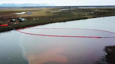 Med kollapset af en brændstoftank på et kraftværk i den arktiske by Norilsk er 20.000 ton diesel røget ud i den omkringliggende natur, herunder store dele af Ambarnaja-floden, der er blevet farvet rød af forureningen.