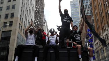En rådmand i New York har opfordret til sænke budgettet for NYPD (New Yorks politi, red.) med en milliard dollar. Her ses demonstanter på gaden i New York, efter drabet på George Floyd.