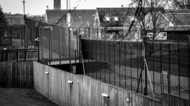 I rapport fra Europarådets Torturkomité bliver Ellebæk erklæret uegnet for mennesker og indeholder desuden beretninger om faldefærdige og beskidte rum og selvmordstruede mennesker, der sættes nøgne og isolerede i observationsceller i dagevis.