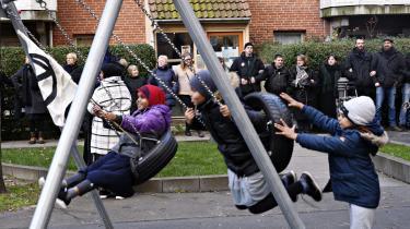 På billedet ses gruppen 'Almen modstand' og lokale beboere demonstere mod det bebuddede salg af bygning 2 og 3 i Mjølnerparken på Nørrebro i København. Salget kan komme til at betyde, at nogle beboere skal rykkes til boliger andre steder i København. Men er det lovligt, vil kommunen gerne vide?