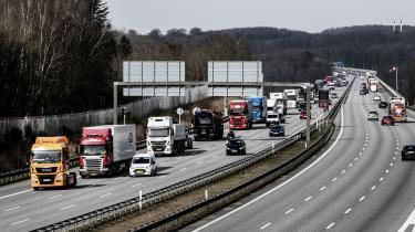 »Danmark er efterhånden en dieselø, altså et slags skattely for handel med diesel. Det giver absolut ingen mening, at vi underbyder de omkringliggende lande på handel med et fossil brændsel, når vi gerne vil fremstå som en grøn nation, der viser vejen. Derfor bør vi som minimum forhøje vores dieselafgifter, så de matcher det tyske niveau,« siger Jeppe Juul, seniorrådgiver for transport i Rådet for Grøn Omstilling.
