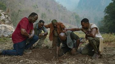 En håndfuld Vietnamveteraner er på jagt efter en falden våbenbroders jordiske resteri den jungle, hvor de engang sloges for deres liv, i Spike Lees nye film, 'Da 5 Bloods'.