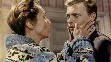 'Peeping Tom', der på dansk fik titlen 'Fotomodeller dræbes', fortæller om seriemorderen Mark Lewis (Karlheinz Böhm). 'Den blev opfattet som meget provokerende, fordi det var første gang, at man sagde, at det var en alment menneskelig ting at kunne opføre sig så perverst,' siger gyserekspert og lektor Rikke Schubart.