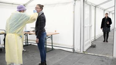 En kvinde bliver testet for coronavirus i København.