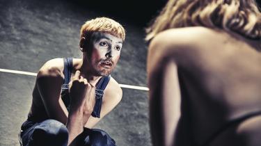 Thomas Diepeveen spiller Zeus. Eller Sovs, som hans gedemor i Isa Marie Henningsens skikkelse kalder ham.