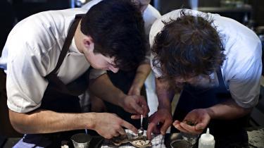 Rene Redzepi har i et interview udtalt, at der i restaurationsbranchen er en udpræget anerledes ledelseskultur end i mange andre brancher. Kun ti ud af 26 Michelin-restauranter i Danmark har i 2020 en overenskomst. Billedet er fra Noma i 2010.