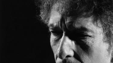 Den 79-årige mester Bob Dylan har udgivet sit første album med nye sange i otte år. Det sætter strøm til hjernebarken, det vugger lytteren med sin visdom, og det effektuerer magtens maskefald. Og Dylan synger som kun en stor, teatralsk mester kan – fra bag masken