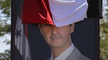 Det var egentlig storebroren Bassel, der skulle have overtaget præsidentposten efter faderen, Hafez al-Assad. Men Bassel døde, da han i 1994 kørte galt med op mod 130 i timen uden sikkerhedssele på vej mod lufthavnen. Derfor blev Bashar al-Assad kaldt hjem fra sine medicinstudier i Storbritannien for at blive kørt i stilling som arving til tronen. Faderen Hafez al-Assad døde i 2000, og Bashar har – trods et årtis borgerkrig – siddet på tronen siden.