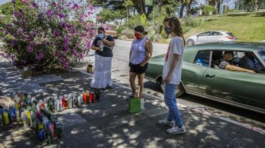 Borgere viser respekt for Sean Monterossa, som blev skudt og dræbt af politiet i Vallejo. Sean Monterrosas død har udløst endnu en storm af vrede på et tidspunkt, hvor et stigende antal amerikanere i forvejen har fokus rettet mod politibrutalitet.