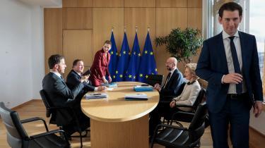 I EU er Danmark blevet en del af gruppen kaldet 'De sparsommelige fire'. Det er på venstre side af bordet den hollandske ministerpræsident Mark Rutte, Sveriges statsmininster Stefan Löfven, Danmarks statsminister Mette Frederiksen og i forgrunden Østrigs forbundskansler Sebastian Kurz. De fire ledere sidder her over for Charles Michel, der er formand for Det Europæiske Råd og kommissionsformand Ursula von der Leyen.