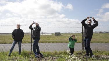 Lokale overværer prøveflyvninger af F-35-kampfly ved Flyvestation Skrydstrup. 'Danmark har været med i 21 krige siden år 1500. Alle vore krige – med undtagelse af Anden Verdenskrig – er endt med nederlag og efterfølgende nød og elendighed. Måske skulle vi lære af vores fejltagelser,' skriver Birger Hansen i dette debatindlæg.
