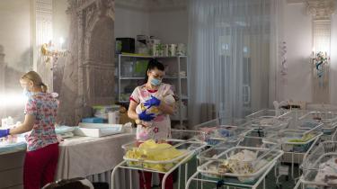 På rækker i to store receptionslokaler på Hotel Venice i den ukrainske hovedstad Kijev står babysengene med de 50 babyer, der er født af ukrainske rugemødre. De skal videre til udenlandske par, men er strandet på hotellet, efter Ukraines grænser i marts blev lukket som følge af COVID-19-pandemien.